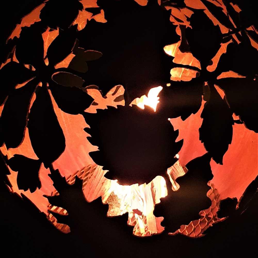 Очаг для костра с мотивом листьев