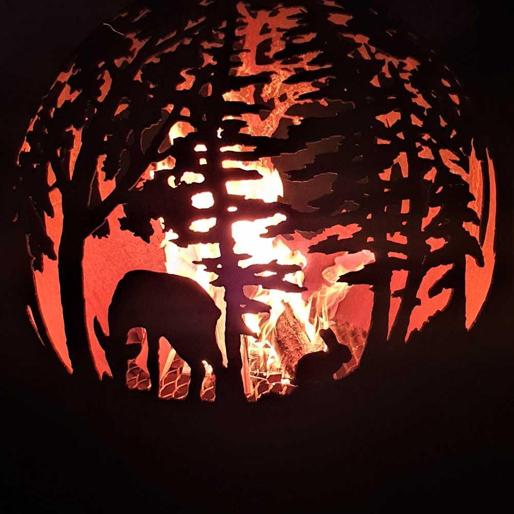 Ugunskura vieta ar meža motīvu