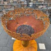 Ugunskura vieta ar ziedu formas motīvu