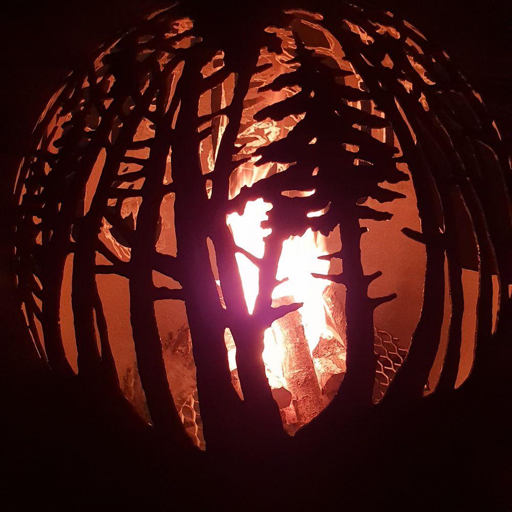 Dārza kamīns, ugunskura vieta ar meža motīvu