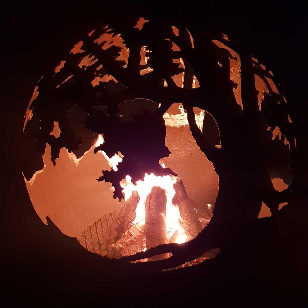 Dārza kamīns, ugunskura vieta ar ozolu motīvu
