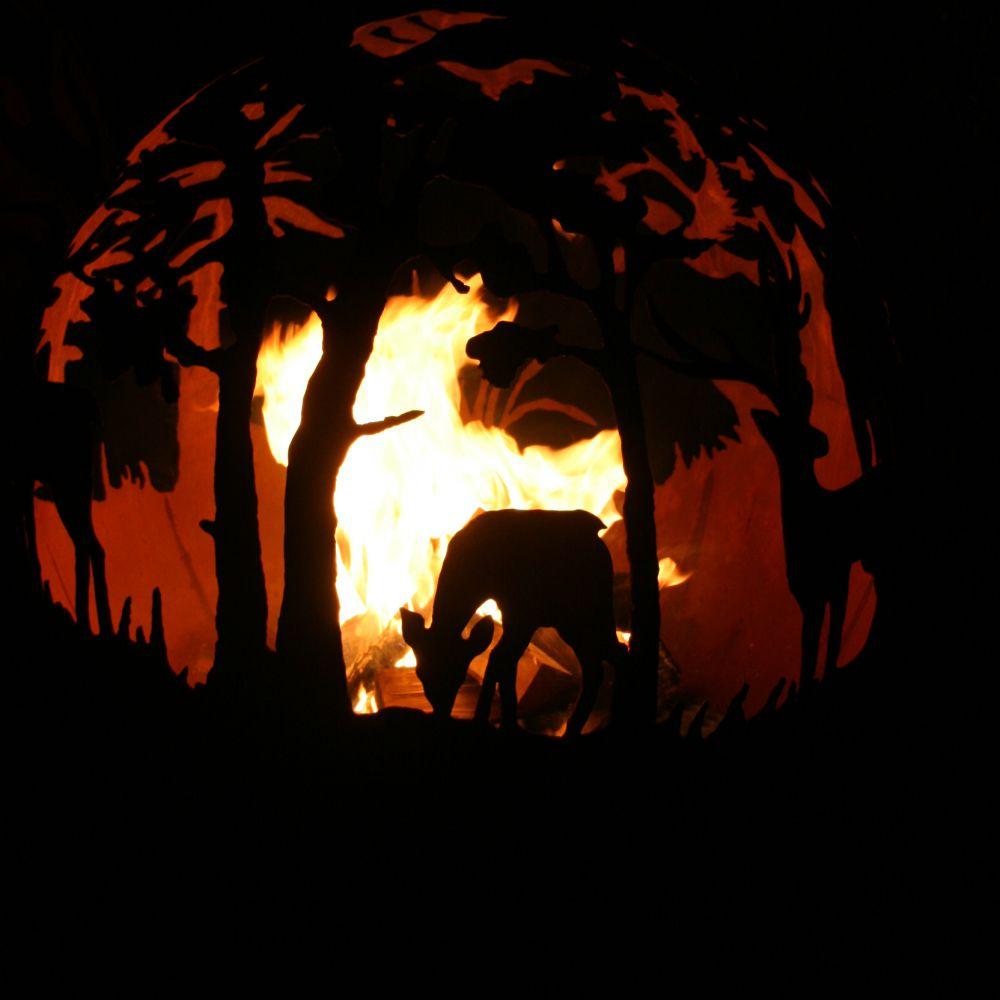 Dārza kamīns, ugunskura vieta ar sižetisku dabas motīvu