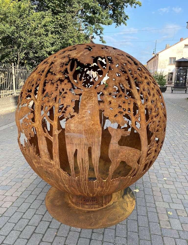 Lielais dārza kamīns ar meža motīvu